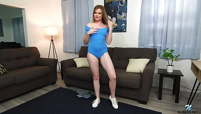 Hottie named Nikki Attractive gets exempt from shorts together with takes dildo for solo