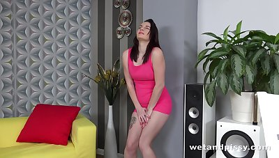 Young brunette Amanda Hill is finger bonking and toying pussy